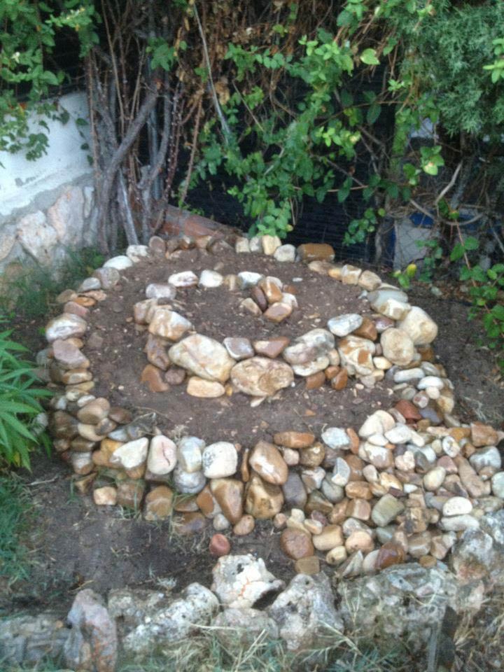 Espiral de 1.30 m de diámetro en jardín particular. Construcción de primeras fases. Larutanatural. Jardín privado Alcalá de Henares, 2013