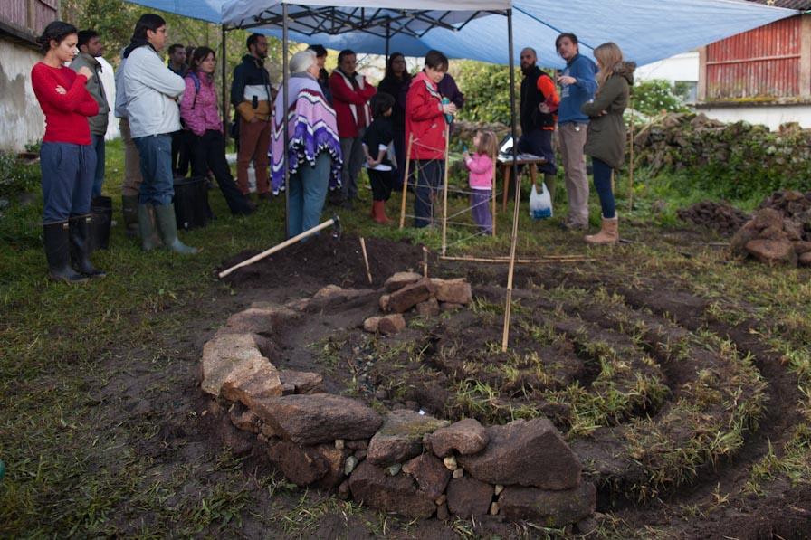 La espiral marcada con las primeras piedras y la zanja para los cimientos Foto: Larutanatural - Roberto González