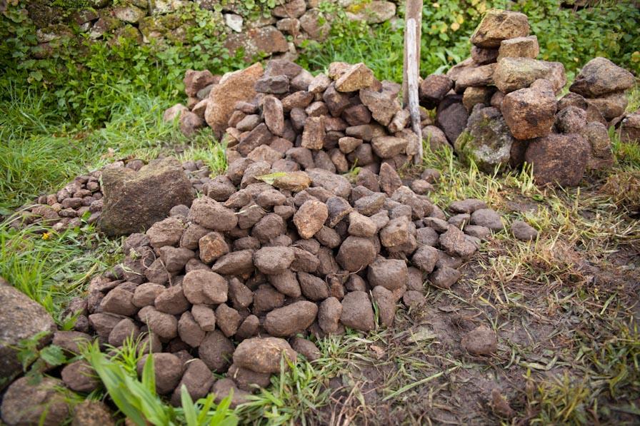 Montones de piedras clasificadas y organizadas Foto: Larutanatural - R. González