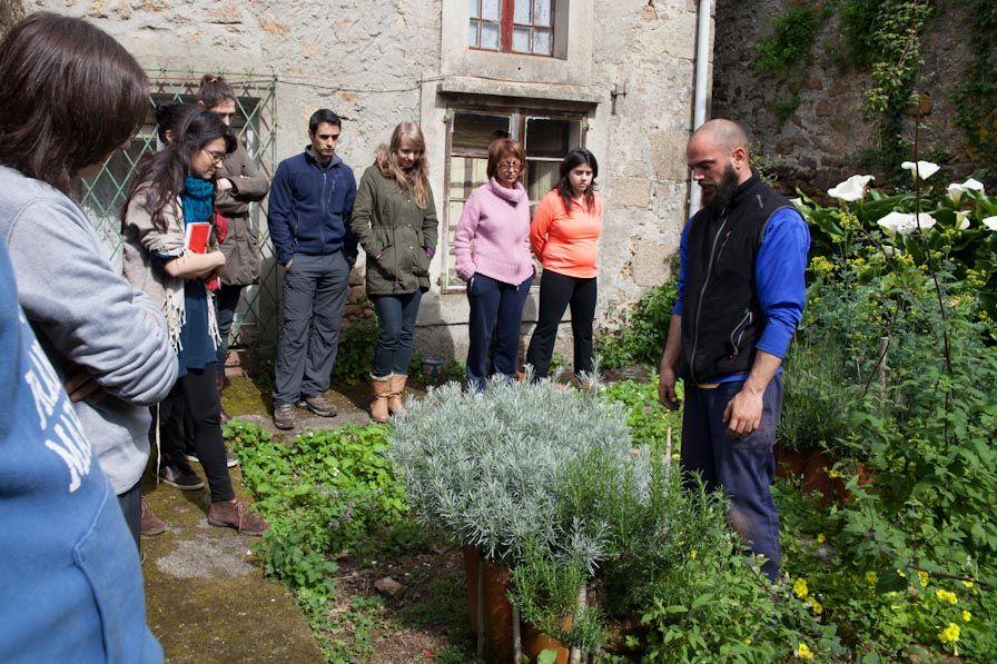 Duarte Artabe explica a los participantes del curso Tu Huerto en una Espiral (Esmelle, Galicia)