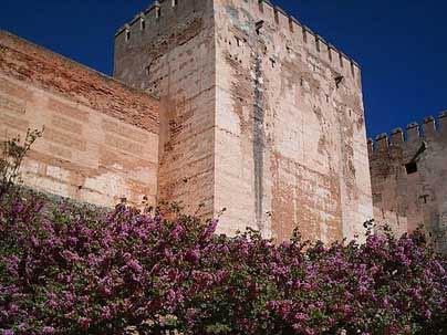 """Parte de la Muralla Este de la Alhamabra de Granada, construida usando la técnica del """"tapial"""" o tierra prensada Por J. Merelo"""