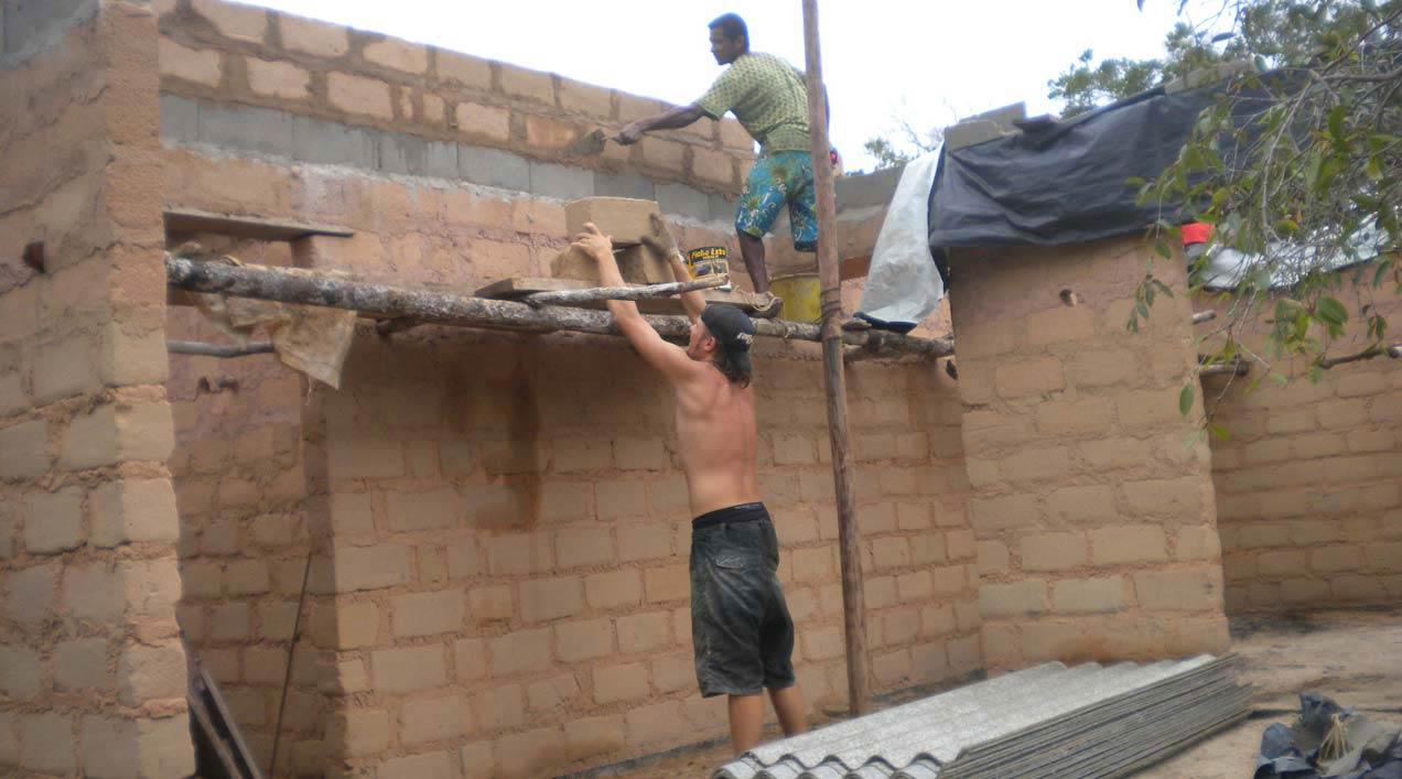 """Hugo Cano (larutanatural) Y """"Pelé"""" construyendo en Casa de Barro, Arraial D'Ajuda, 2011"""
