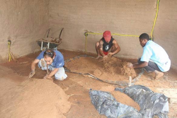 Jonatan Sola y miembros del equipo de Monte Alegre haciendo el suelo de barro por J. Sola